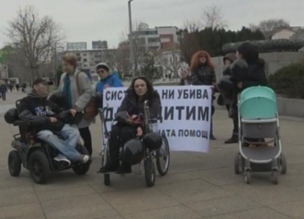 Майки поискаха запазване на Закона за личната помощ на протест в Бургас и Добрич