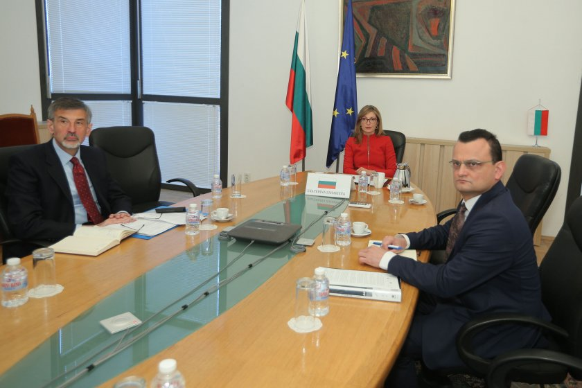 Захариева призова колегите си от ЕС да пропускат всички европейски граждани, които искат да се приберат
