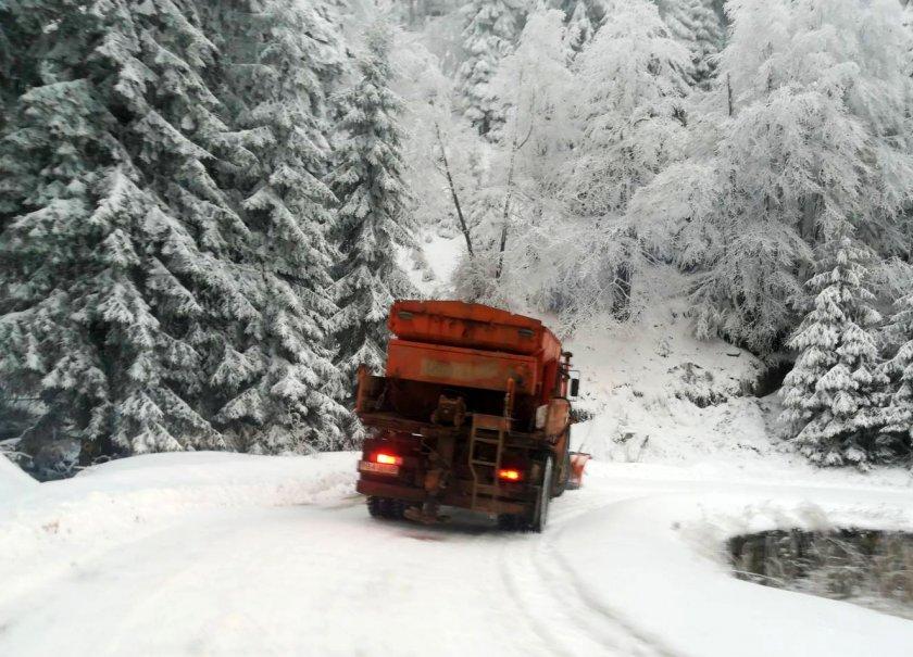 апи 220 машини почистват пътищата районите снеговалеж