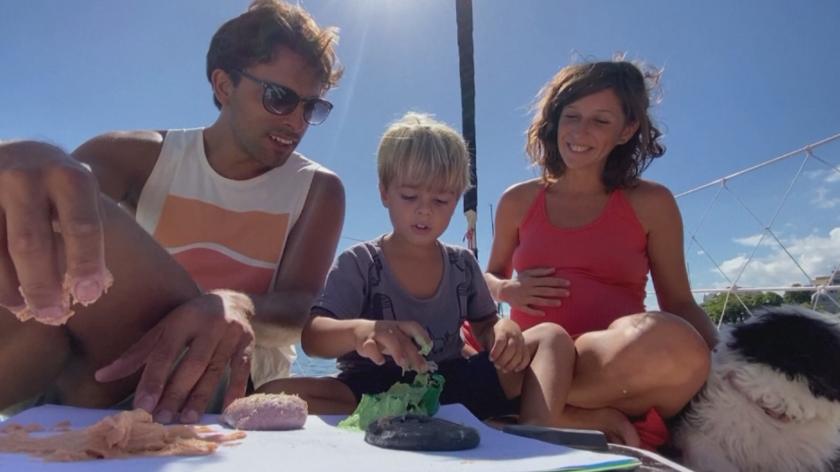 Семейство с малко дете и бременна съпруга се изолира на яхта