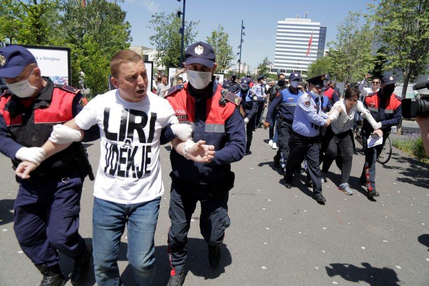 Арести и ранени след сблъсъци по време на протести в Тирана