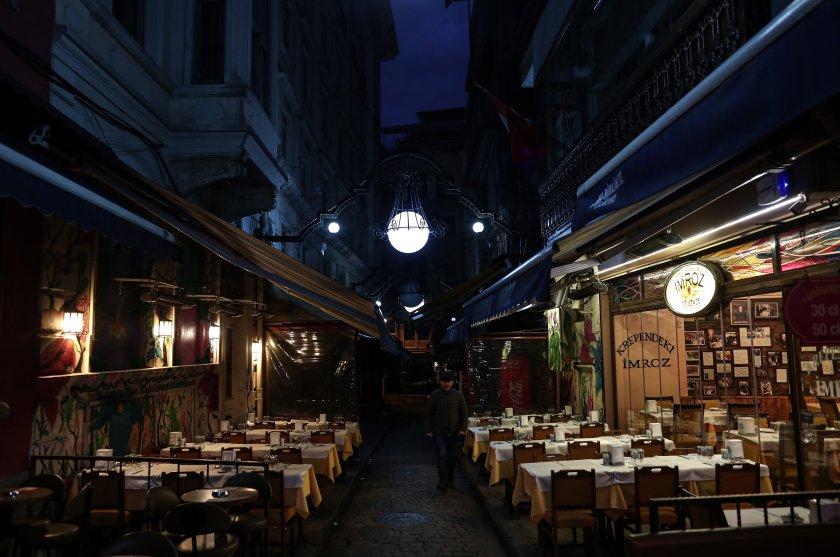 Гърция сваля ДДС-то за туризма. Таверните обаче пустеят