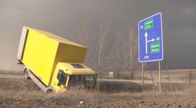 """Силен вятър избута камион от АМ """"Хемус"""""""