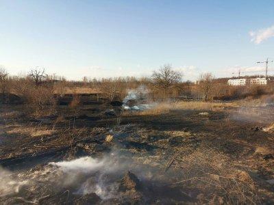 Сухи треви горят в района на Гребната база в Пловдив