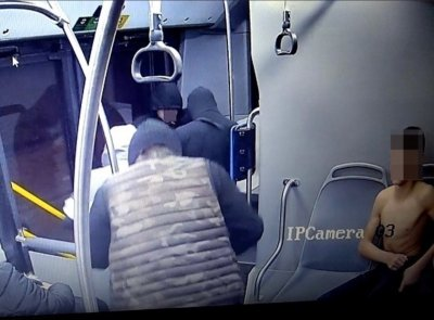 МВР разпространи снимки на побойниците, които нападнаха момче в автобус