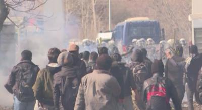 Хиляди мигранти се струпват на турско-гръцката граница (ОБОБЩЕНИЕ)
