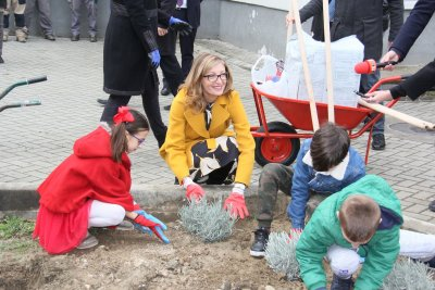 Захариева участва в инициатива по засаждане на дръвчета в училище в Скопие