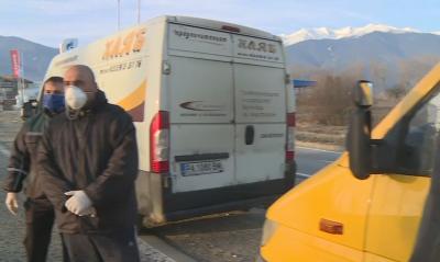 Разпространители на хляб чакат на пропусквателните пунктове на Банско
