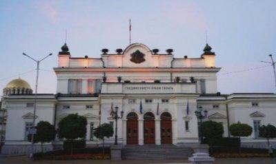 Парламентът ще заседава извънредно на 2 април
