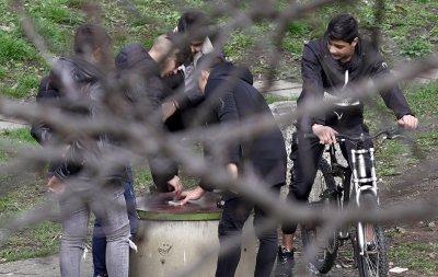 Група младежи се събира в столична градинка въпреки...
