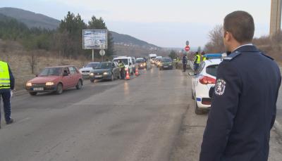 Шофьори заобикалят пропускателния пункт при Драгичево
