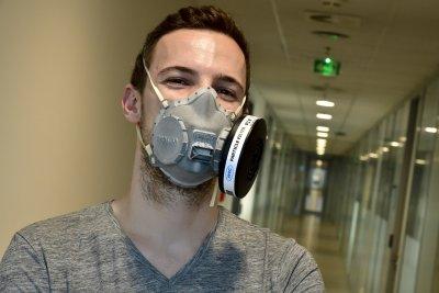 Български студент в Прага прави специални маски срещу COVID-19