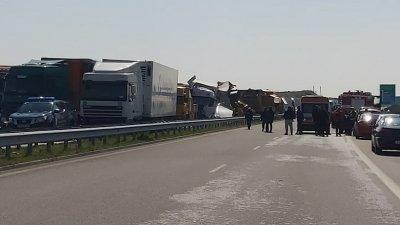"""Двама шофьори са загинали във верижната катастрофа между тирове на АМ """"Марица"""""""