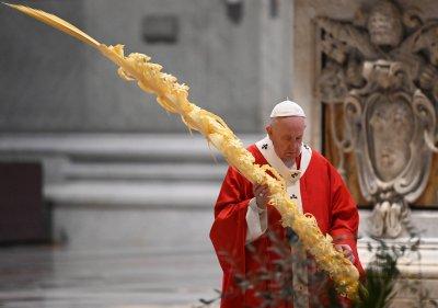 """Папата отслужи празнична меса за Цветница в празната базилика """"Свети Петър"""""""
