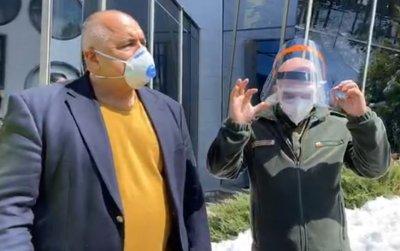 Премиерът Борисов и ген. Мутафчийски посетиха завод в Смолян, който ще шие маски и защитни облекла (ВИДЕО)