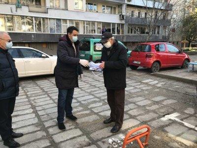 В Пловдив раздадоха на граждани предпазни маски, изработени от ученици