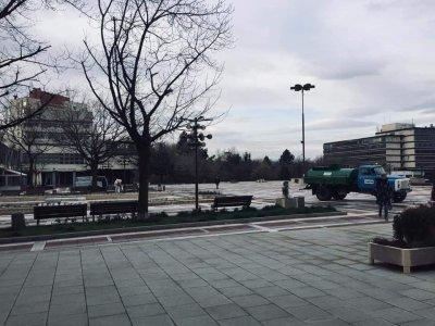 Дезинфекцират откритите обществени площи в Благоевград със специализирана техника