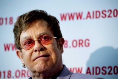 Елтън Джон стартира фонд с 1 млн. долара за болните от ХИВ в пандемията