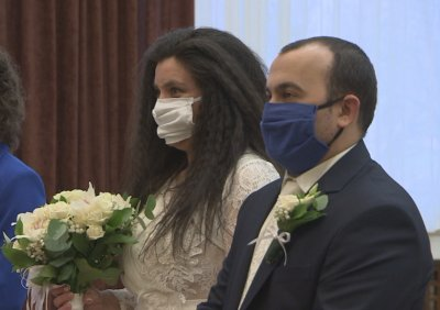 """Сватба по време на епидемия: 8 двойки си казаха """"да"""" в София"""