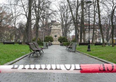 Полицейски ленти ограждат парковете в София