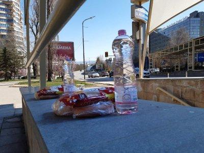 За хората в нужда - неизвестен остави храна и вода на спирка на метрото в София