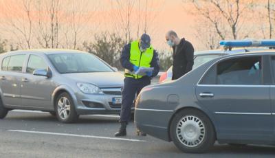 Километрични опашки на изходите на София, полицията върна хиляди автомобили (ОБЗОР)