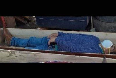 Перуански кмет изуми полицията – пиян се карантинира в ковчег