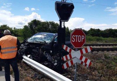 Кола влетя във вагон от влака Варна-София. Няма пострадали