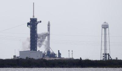 Отлагането на мисията на Space X и НАСА правилно: Изстрелването можело да предизвика мълнии