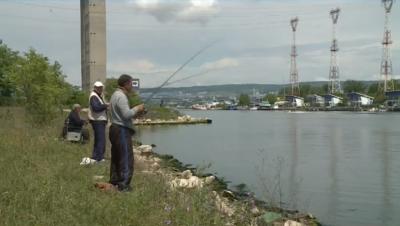 Рибари продължават да ловят риба в замърсеното Варненско езеро