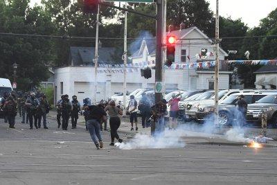 Сълзотворен газ, гумени куршуми и водни оръдия на протестите в Минеаполис