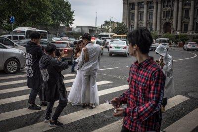 Сватбена треска! Брачните церемонии в Ухан скочиха с над 300% след карантината