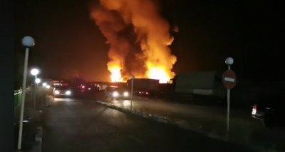 Огромен пожар гори в зеленчуковата борса близо до Петрич