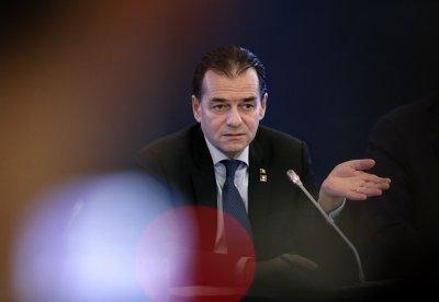 Румънският премиер нарушил мерките. Пуши и пие в кабинета си с министри