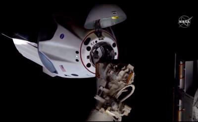 """НА ЖИВО: Капсулата """"Дракон"""" се скачи с Международната космическа станция"""