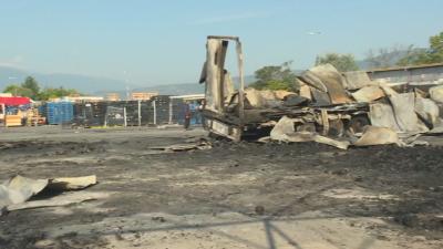 Пожар изпепели склад и камион на зеленчуковата борса в Кърналово