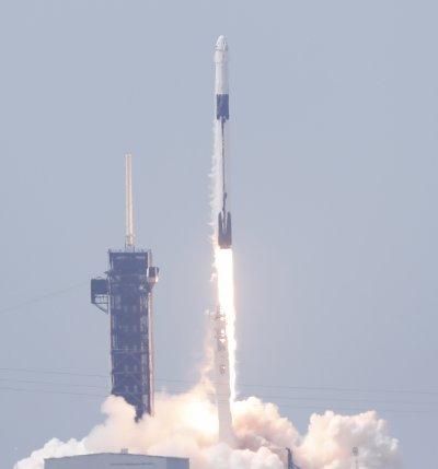 """НА ЖИВО: Историческата мисия на НАСА е успешна: Изстреляха ракетата """"Фалкън 9"""" от центъра """"Кенеди"""" във Флорида"""