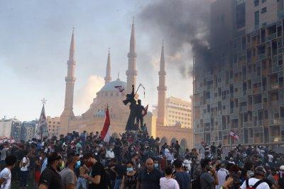 Протестиращите в Бейрут завзеха министерства, премиерът ще поиска предсрочни избори