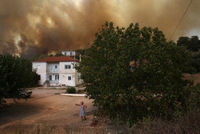 Гърция поиска помощ за справяне с пожарите