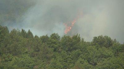 Пожарът в Голешово се разраства
