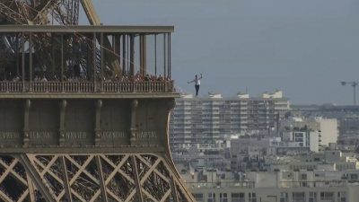 Разходка по въже: Мъж измина 600 метра от Айфеловата кула до Националния театър в Париж