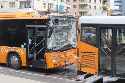 """Два автобуса катастрофираха на столичния булевард """"Тодор Каблешков"""", пострадали са 2 деца"""