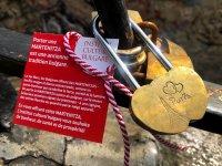 Жители и гости на Париж се закичиха с български мартеници за здраве