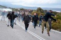 Втора нощ на сблъсъци между полиция и протестиращи в Гърция