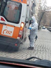 Как екипи на Спешна помощ транспортират пациенти със съмнения за коронавирус