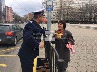 """Пловдивската полиция с акция """"Цвете на пътя"""" за 8-ми март"""