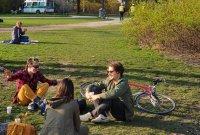 В Мюнхен не спазват мерките срещу COVID-19, парковете са пълни с хора
