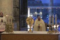 """Папа Франциск се моли сам под дъжда на празния площад """"Свети Петър"""""""