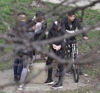 снимка 3 Група младежи се събира в столична градинка въпреки забраните(СНИМКИ)