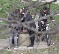 снимка 5 Група младежи се събира в столична градинка въпреки забраните(СНИМКИ)